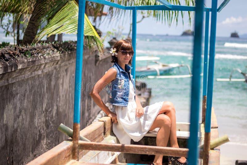 Portret Młoda piękna tropikalna kobieta na wakacje w Asia, Bali Relaksujący na tropikalnej plaży, morze krajobraz i zdjęcia stock