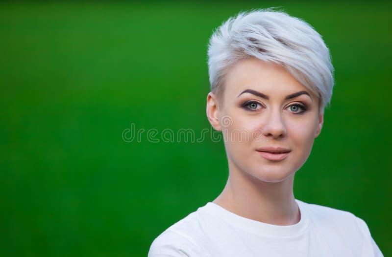 Portret młoda, piękna, uśmiechnięta dziewczyna blondynka z krótkim włosy fotografia royalty free