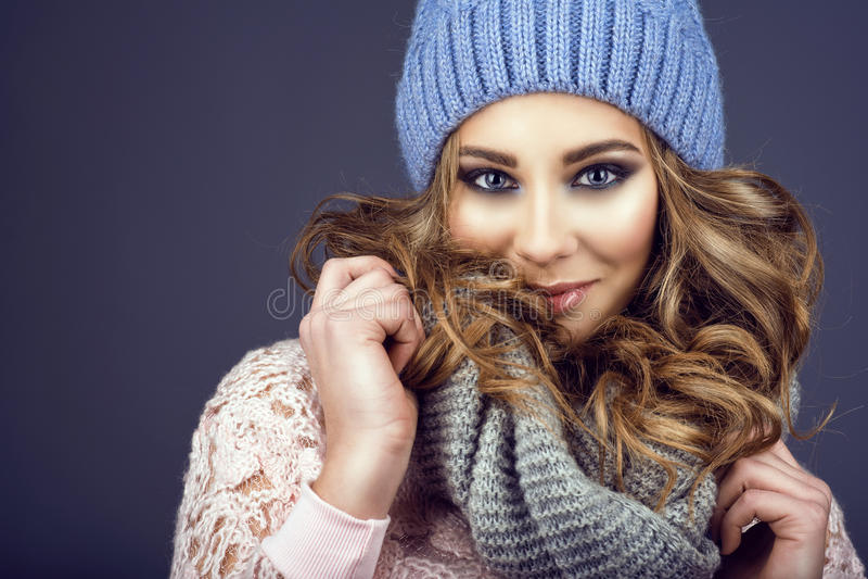 Portret młoda piękna uśmiechnięta dziewczyna z profesjonalistą i kędzierzawego włosy przybycie uzupełniał z jej błękitnego trykot zdjęcia stock