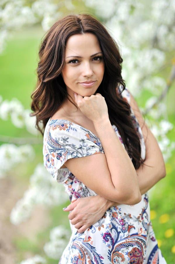 Portret młoda piękna uśmiechnięta kobieta outdoors fotografia royalty free