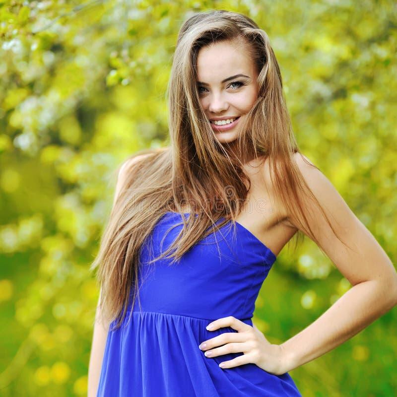 Portret młoda piękna uśmiechnięta kobieta outdoors obraz royalty free