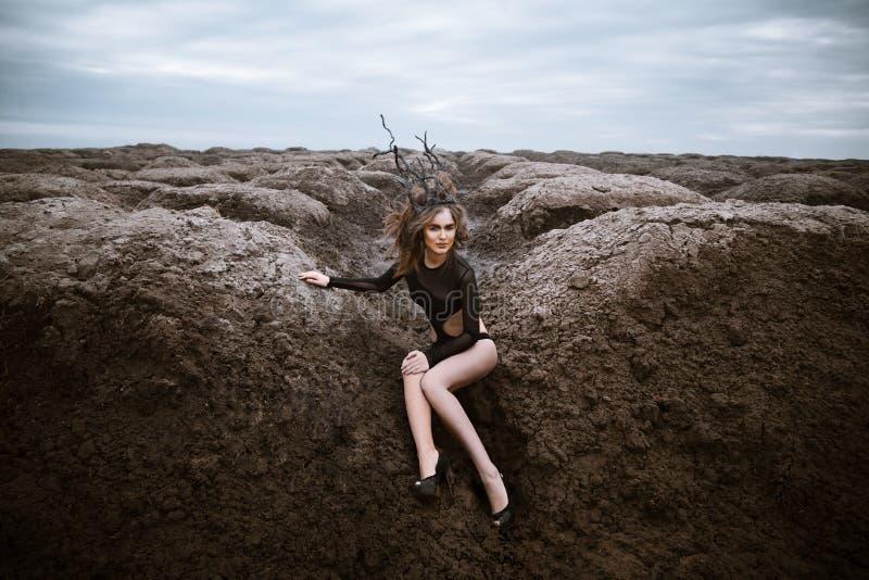 Portret młoda piękno kobieta z drewnianą koroną krajobraz obcych zdjęcie royalty free