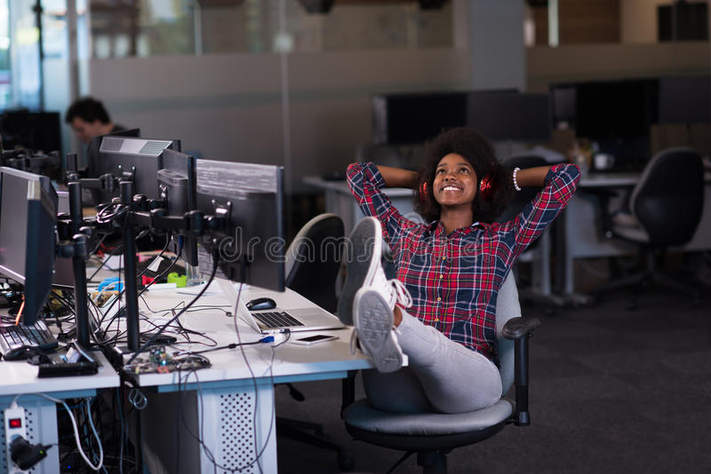 Portret młoda pomyślna afroamerykańska kobieta w nowożytnym zdjęcia stock