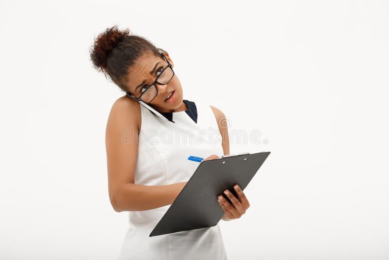 Portret młoda pomyślna afrykańska biznesowa dama nad białymi półdupkami obraz stock