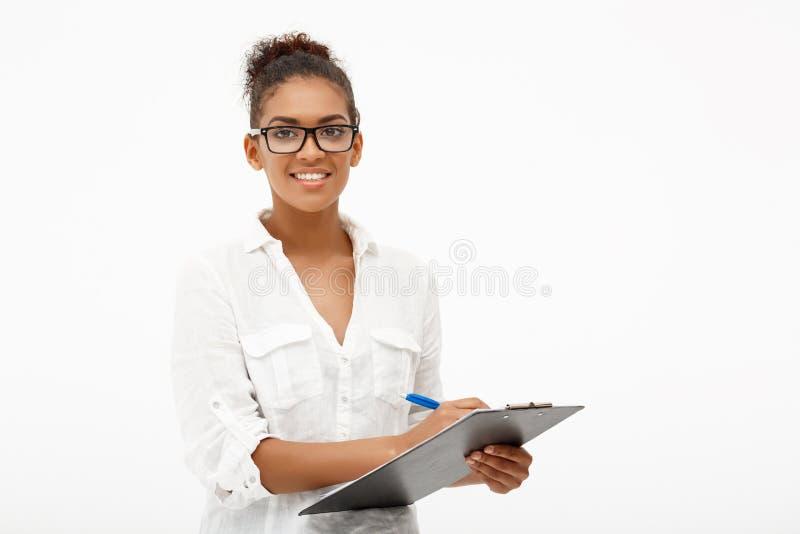 Portret młoda pomyślna afrykańska biznesowa dama nad białymi półdupkami obrazy stock