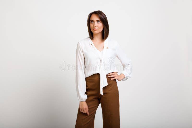 Portret młoda pomyślna biznesowa kobieta nad białym backgroun obrazy stock