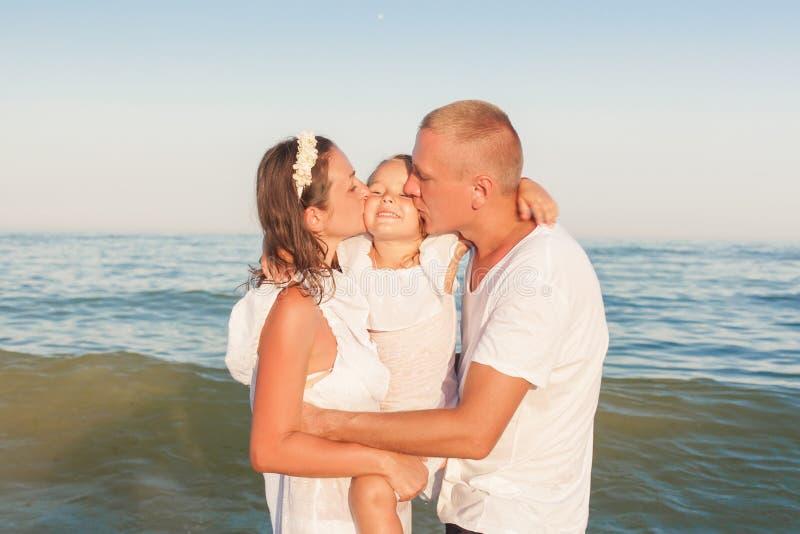 Portret młoda rodzina morzem obrazy royalty free