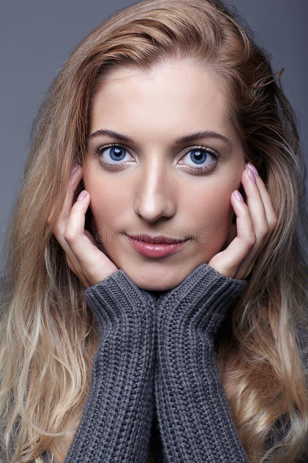 Portret młoda romantyczna kobieta w szarym woolen pulowerze Beautif zdjęcia royalty free