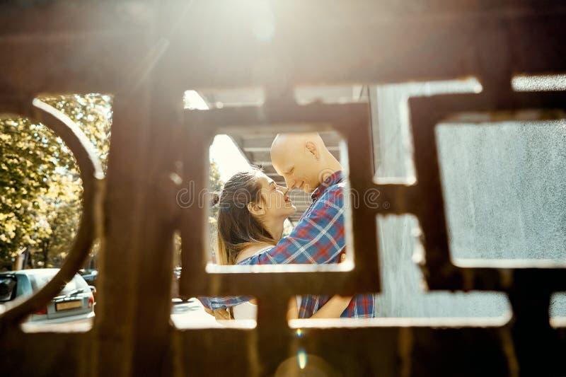Portret młoda romantyczna para w miłości wydaje czas w parku Młody człowiek tenderly obejmuje młodej kobiety, widok zdjęcie royalty free