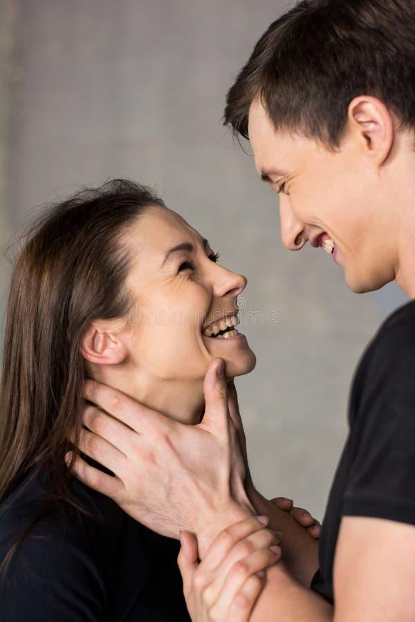 Portret młoda roześmiana para kochankowie obraz stock