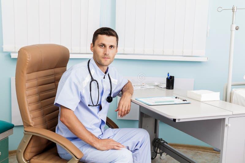 Portret młoda samiec lekarka w jego medycznym biurze Miejsce pracy lekarka przy kliniką obraz royalty free