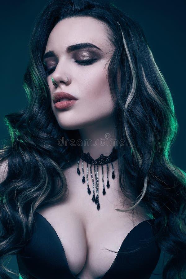 Portret młoda seksowna gothic dziewczyna z długie włosy zdjęcia royalty free