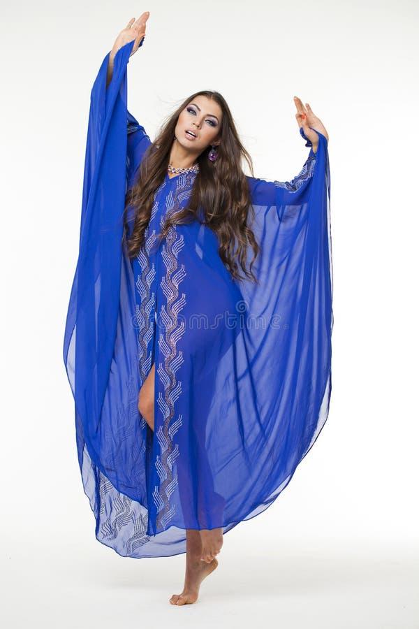 Portret młoda seksowna kobieta w błękitnym tunika języku arabskim obrazy stock