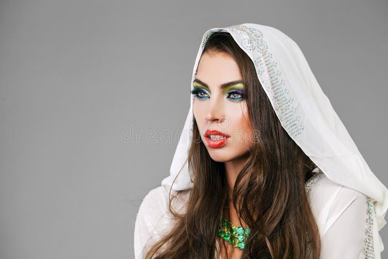 Portret młoda seksowna kobieta w białym tunika języku arabskim zdjęcia royalty free
