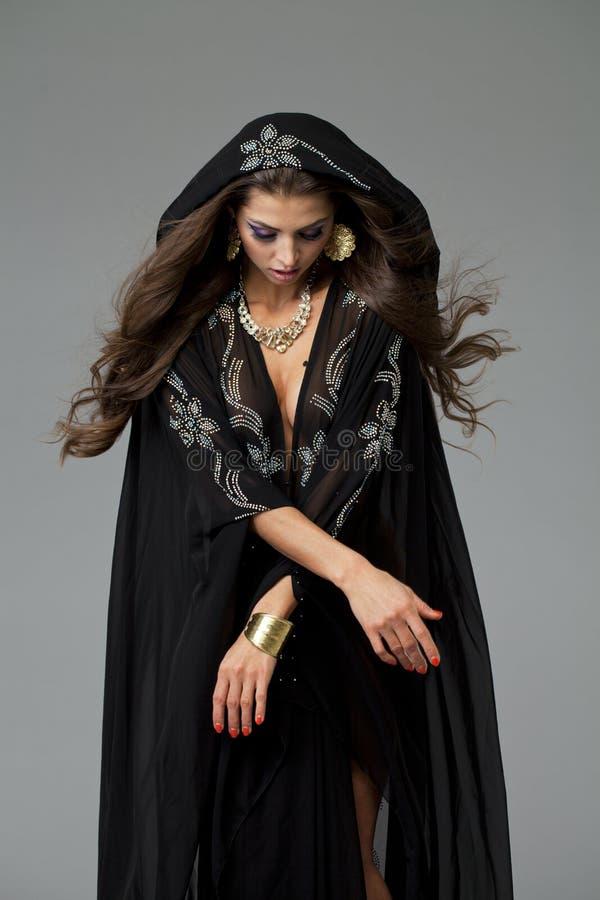 Portret młoda seksowna kobieta w czarnym tunika języku arabskim obrazy stock