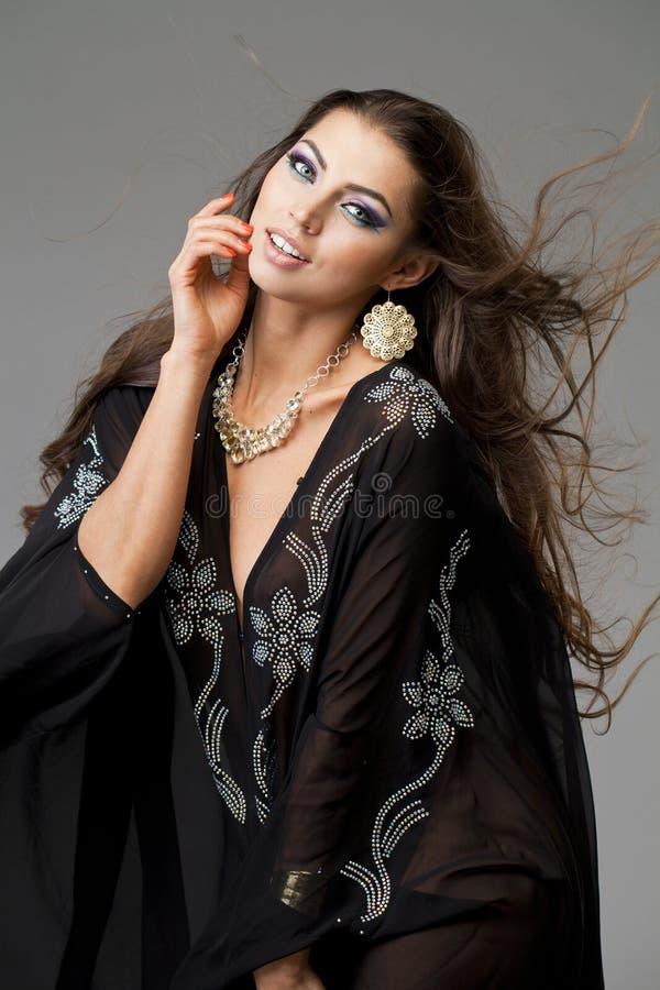Portret młoda seksowna kobieta w czarnym tunika języku arabskim obrazy royalty free