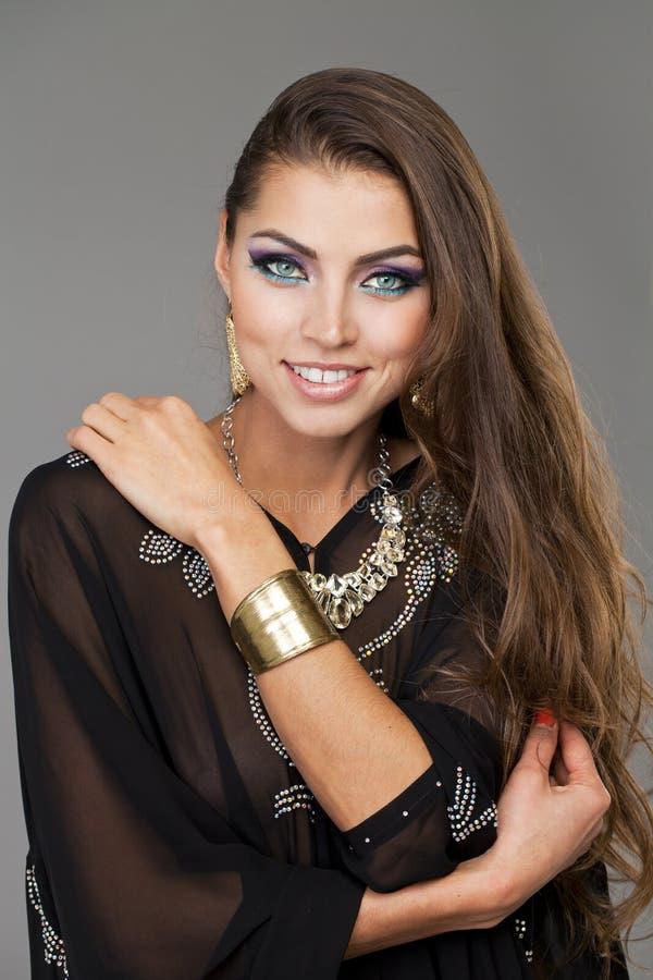 Portret młoda seksowna kobieta w czarnym tunika języku arabskim obraz royalty free