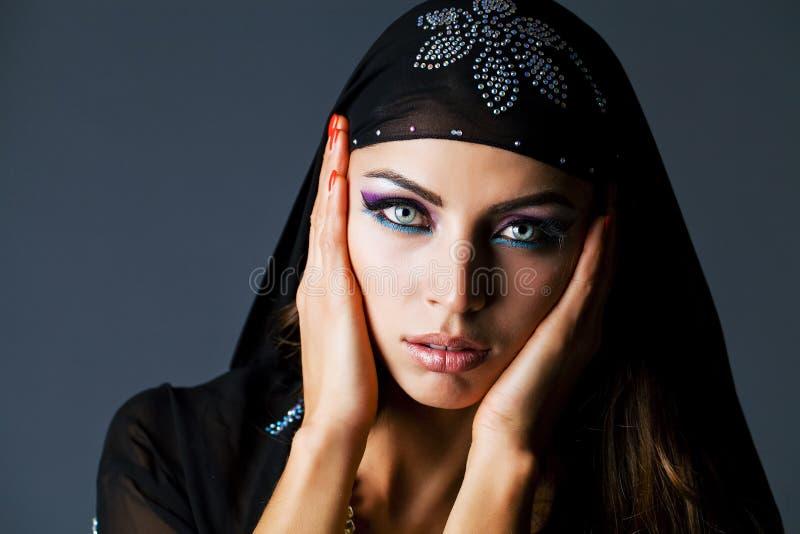 Portret młoda seksowna kobieta w czarnym tunika języku arabskim zdjęcia stock