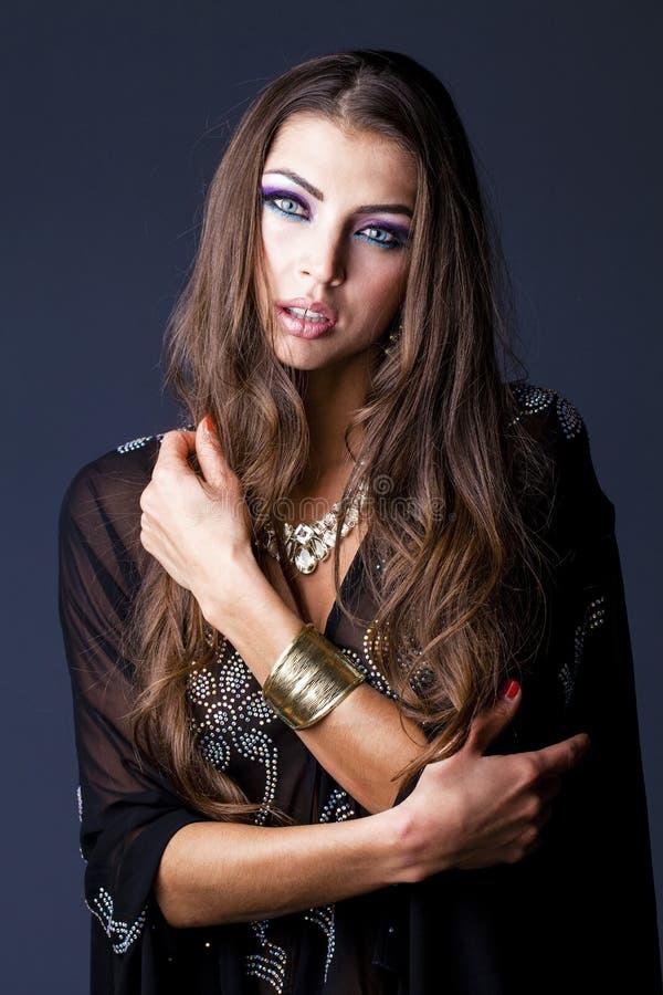 Portret młoda seksowna kobieta w czarnym tunika języku arabskim fotografia royalty free