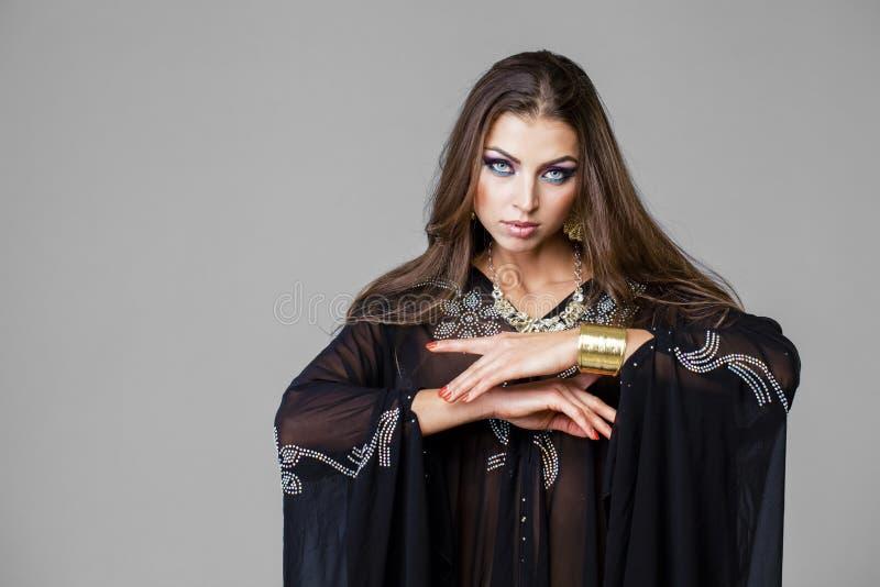 Portret młoda seksowna kobieta w czarnym tunika języku arabskim zdjęcie stock
