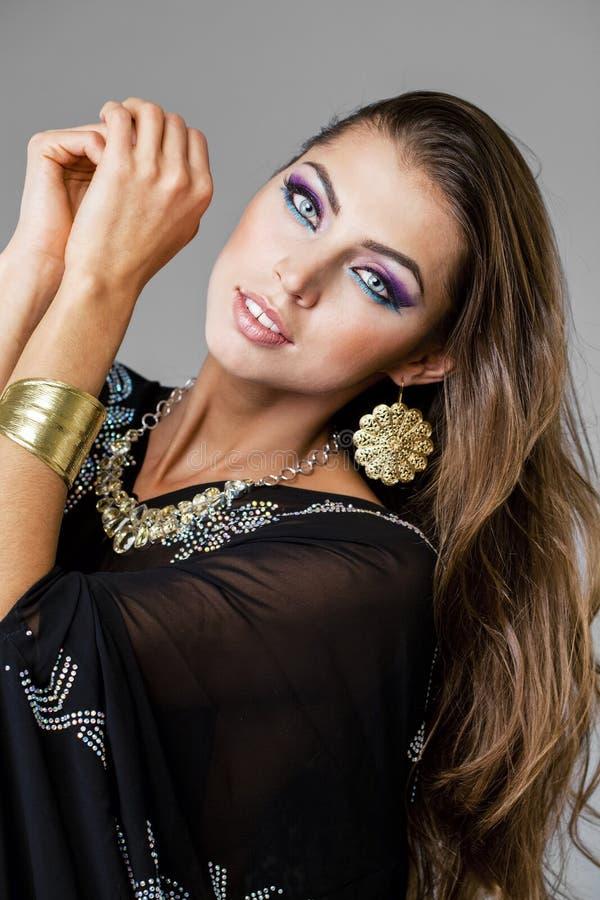 Portret młoda seksowna kobieta w czarnym tunika języku arabskim zdjęcie royalty free
