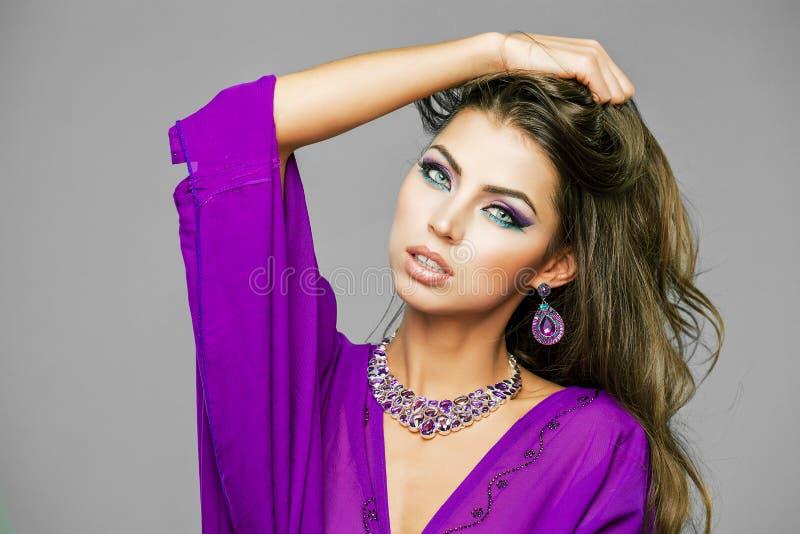 Portret młoda seksowna kobieta w purpurowym tunika języku arabskim obrazy royalty free
