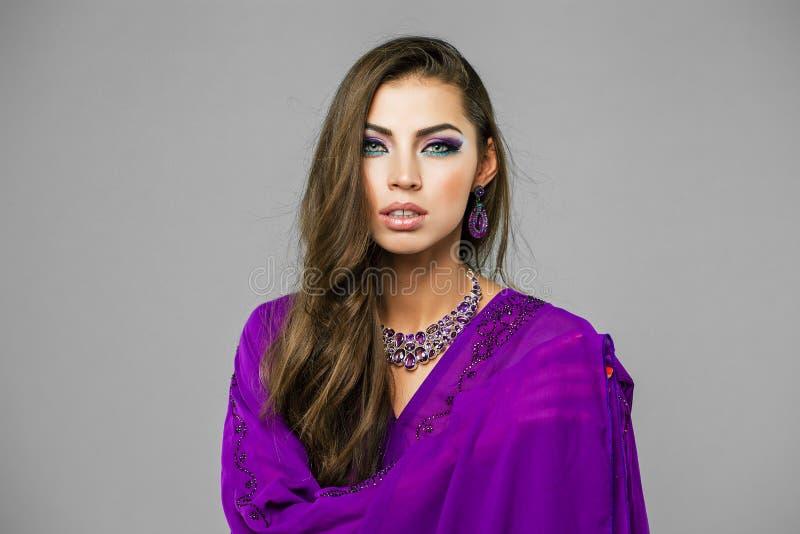 Portret młoda seksowna kobieta w purpurowym tunika języku arabskim obraz royalty free