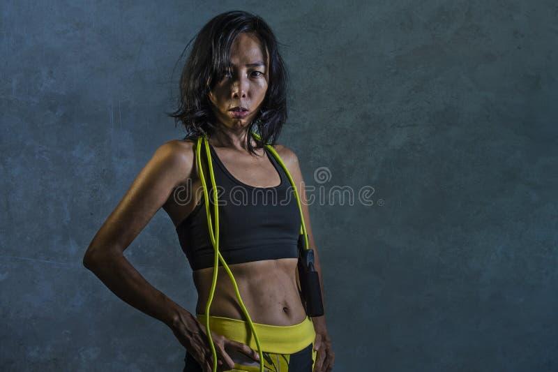 Portret młoda sportowa i dysponowana Azjatycka Koreańska kobieta w sprawność fizyczna wierzchołka mieniu omija arkany pozować chł obrazy stock
