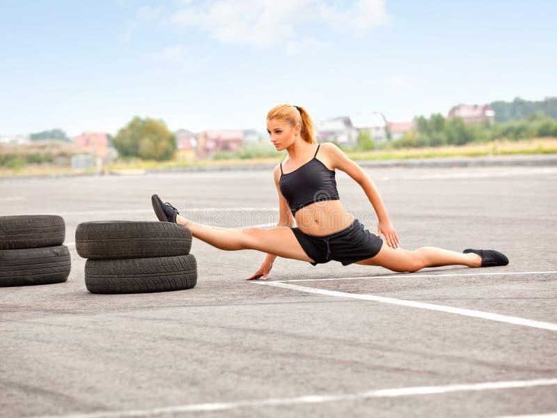 Portret Młoda Sporty dziewczyna Robi ćwiczeniu.  Przodów rozłamów rozciągliwość zdjęcia royalty free