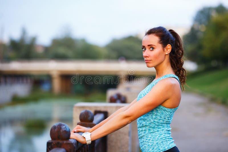 Portret młoda sporty kobieta przed jogging fotografia royalty free