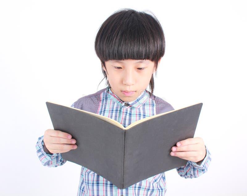 Portret młoda szczęśliwa chłopiec z książką obraz royalty free