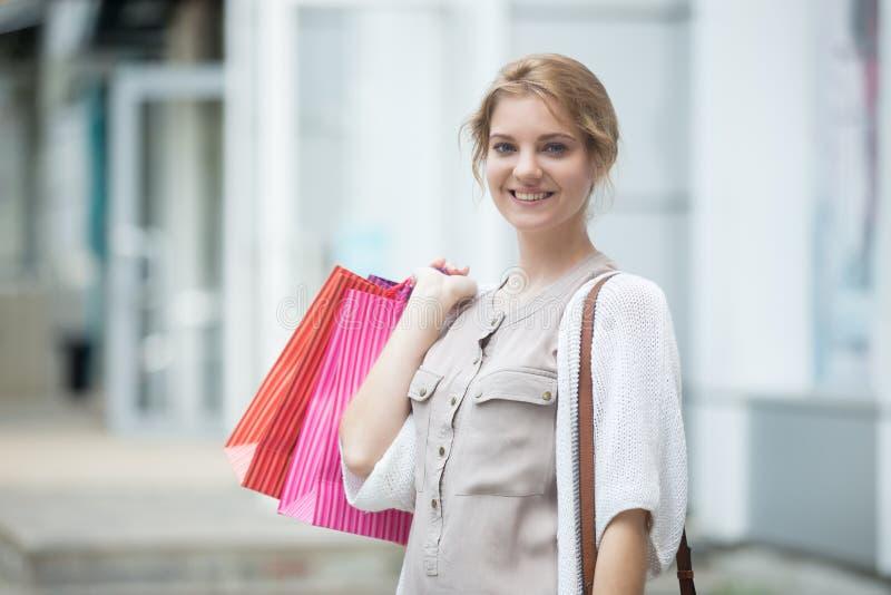 Portret młoda szczęśliwa kobieta podczas jej zakupy czasu zdjęcie stock
