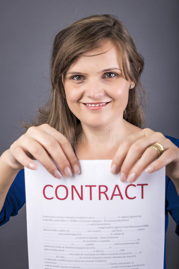 Portret młoda szczęśliwa kobieta trzyma kontrakt fotografia stock
