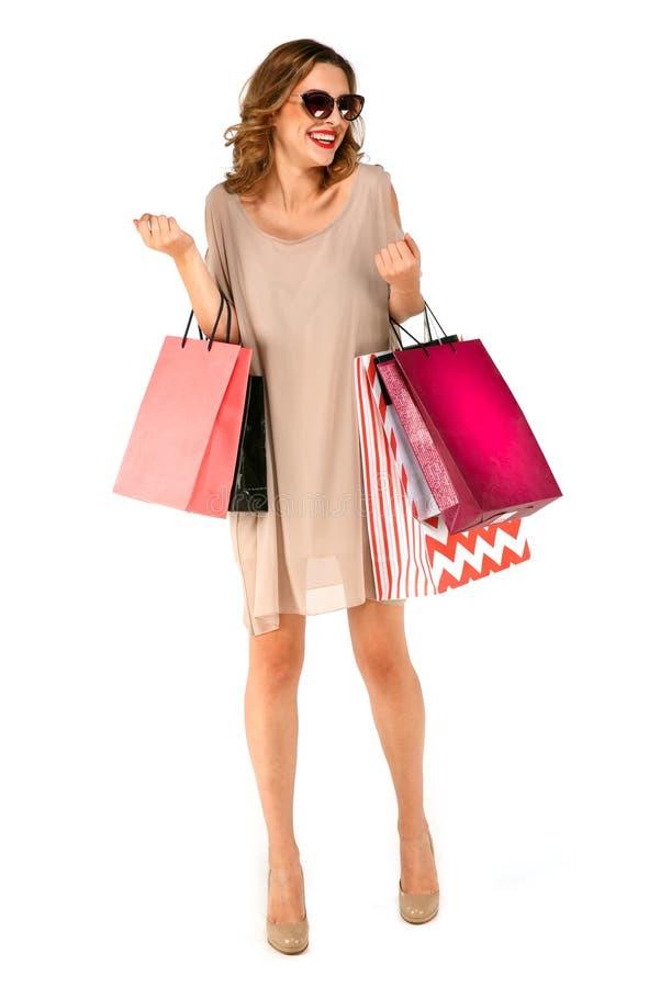 Portret młoda szczęśliwa kobieta z torba na zakupy zdjęcia royalty free