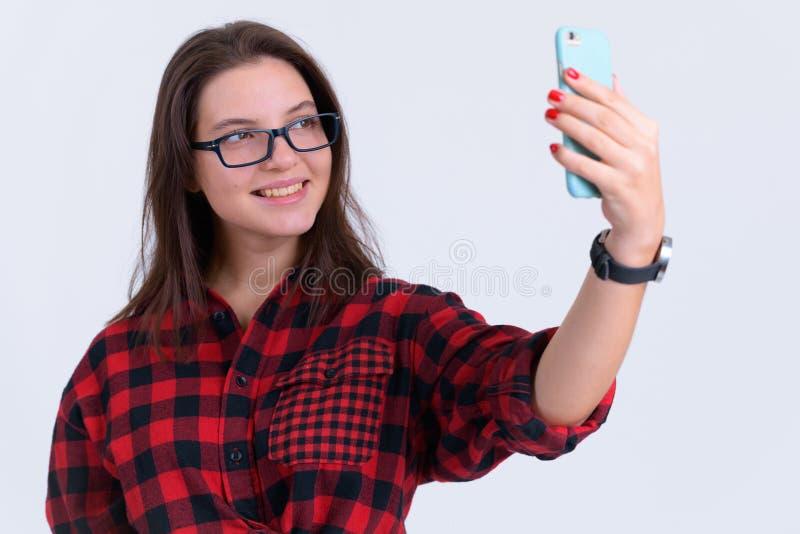Portret m?oda szcz??liwa modni? kobieta bierze selfie obraz royalty free