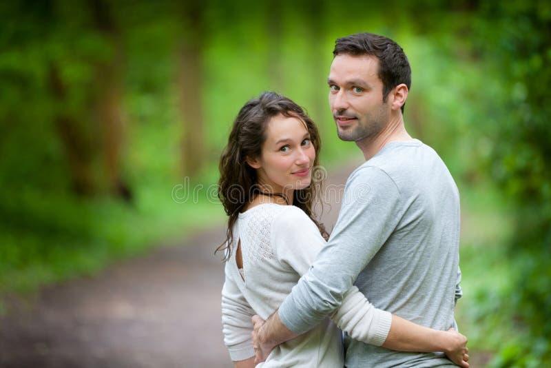 Portret młoda szczęśliwa para w naturze obrazy stock