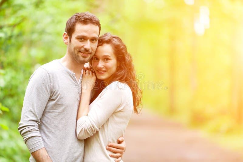 Portret młoda szczęśliwa para w naturze zdjęcia royalty free