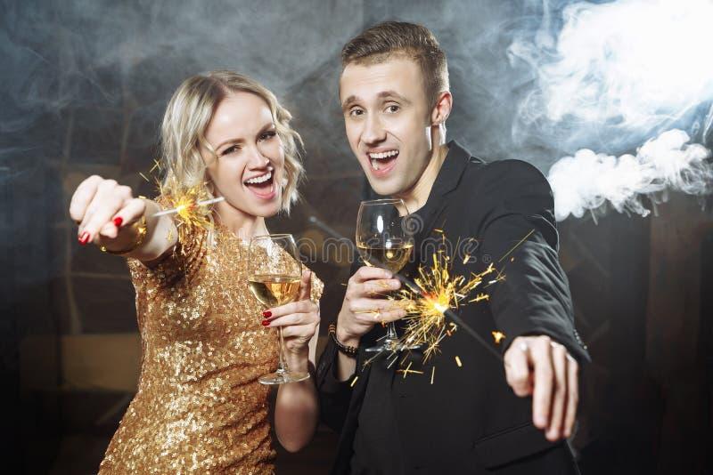 Portret młoda szczęśliwa para z szkłami i sparklers zdjęcie royalty free