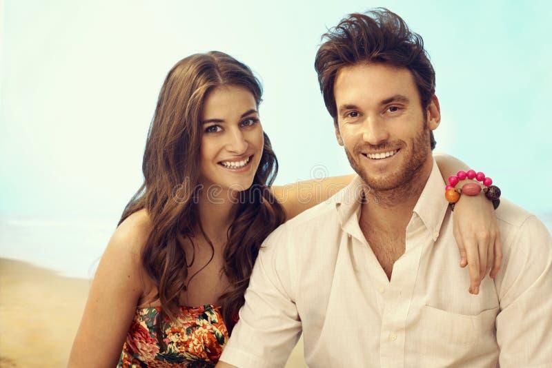 Portret młoda szczęśliwa przypadkowa para na wakacje zdjęcie stock