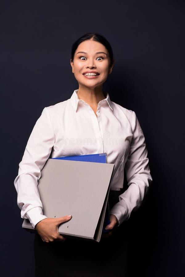 Portret młoda szczęśliwa uśmiechnięta biznesowa kobieta z falcówką obraz royalty free