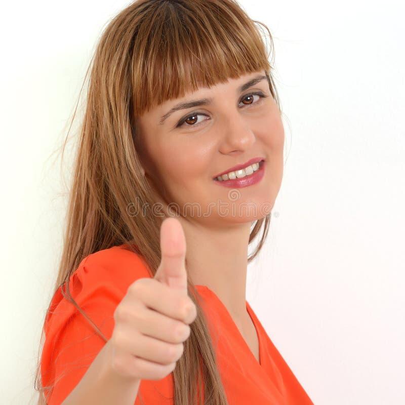 Portret młoda szczęśliwa uśmiechnięta kobieta pokazuje aprobaty gestykuluje fotografia stock