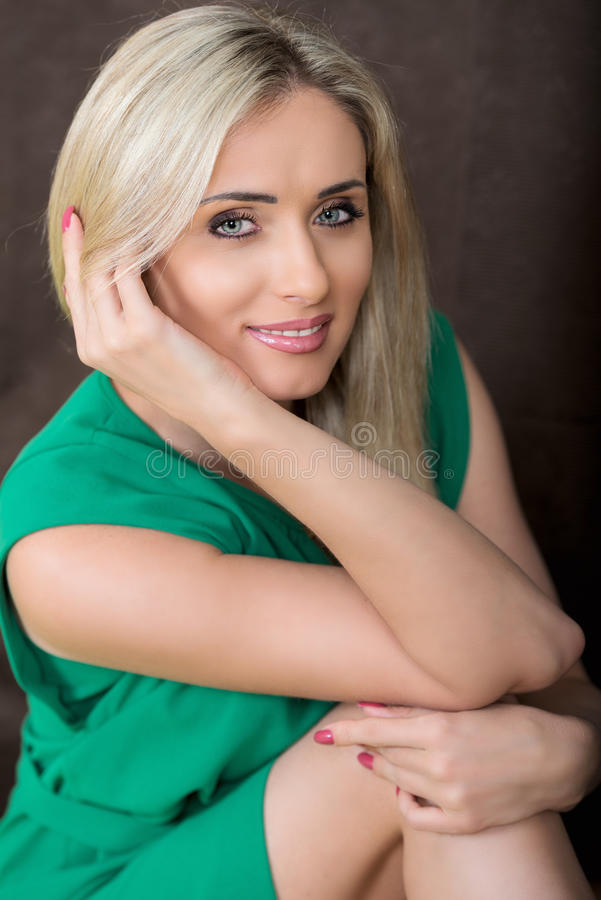 Portret młoda uśmiechnięta blond kobieta w zieleni sukni obrazy stock