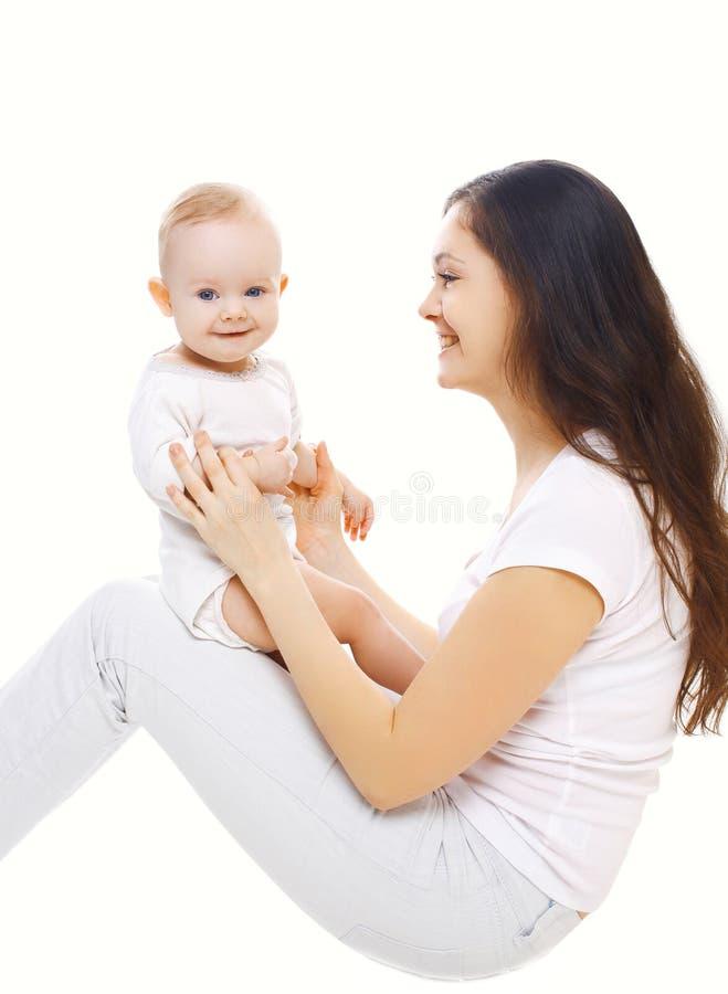 Download Portret Młoda Uśmiechnięta Matka Bawić Się Z Dzieckiem Zdjęcie Stock - Obraz złożonej z rozochocony, mama: 53781984