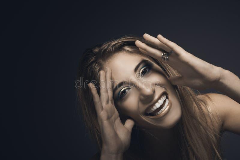 Portret młoda uśmiechnięta seksowna kobieta obrazy royalty free