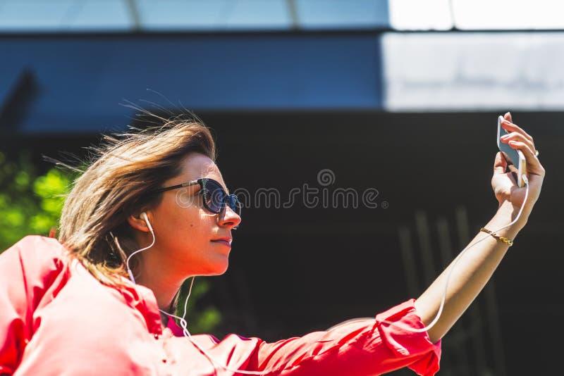 Portret młoda ufna caucasian seroius kobieta w dużym zdjęcie stock