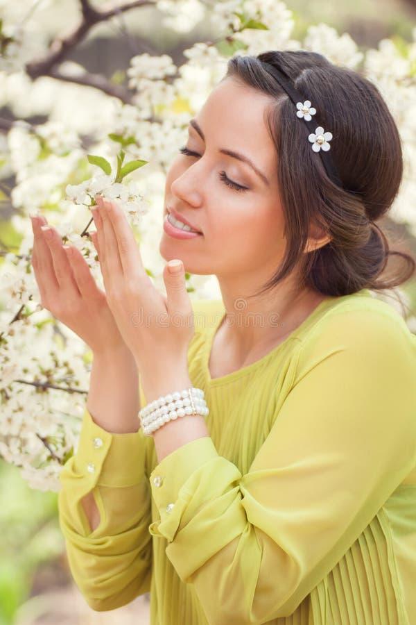 Portret młoda urocza brunetki kobieta w wiośnie kwitnie obraz stock