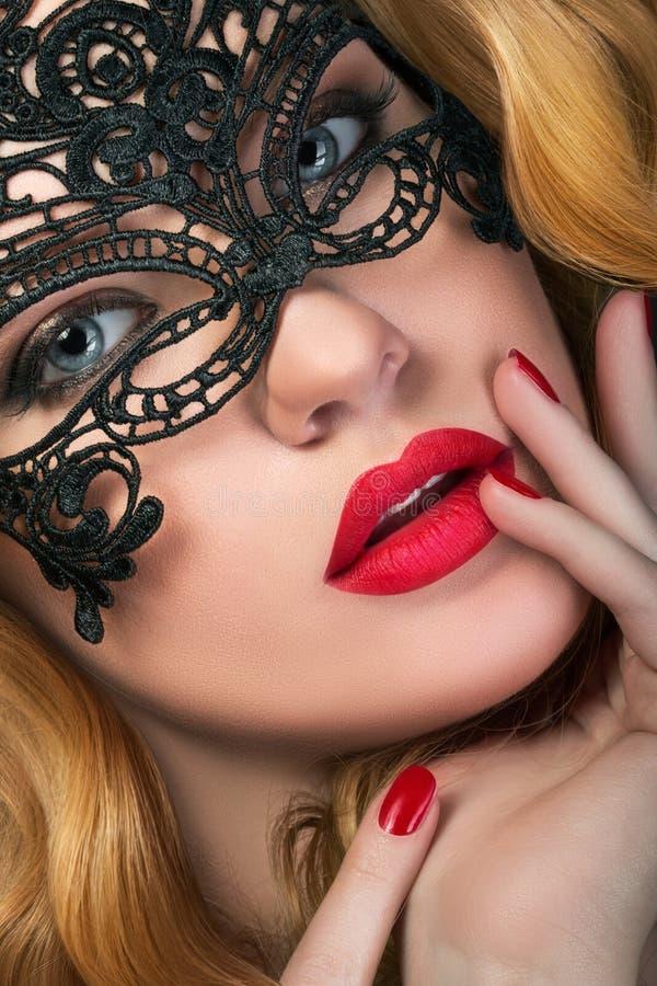 Portret młoda zmysłowa imbirowa kobieta jest ubranym maskę fotografia stock