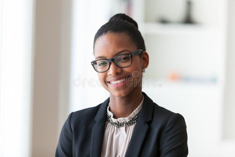 Portret młodego amerykanina afrykańskiego pochodzenia biznesowa kobieta - Czarny peop obraz royalty free