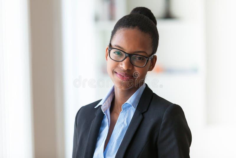 Portret młodego amerykanina afrykańskiego pochodzenia biznesowa kobieta - Czarny peop obraz stock