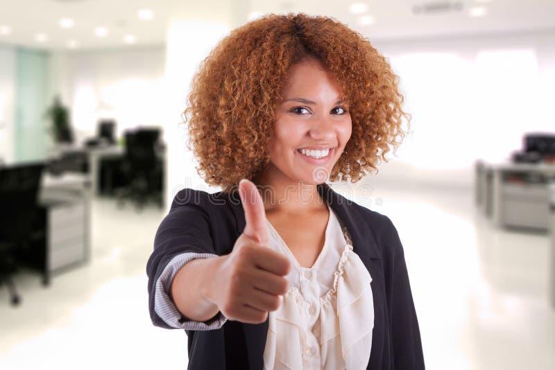 Portret młodego amerykanina afrykańskiego pochodzenia biznesowa kobieta robi kciukowi obraz royalty free